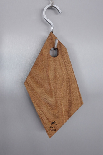 向きが直角にねじれているフック。まな板のように大きめのものをかけたいときは、このようなねじれフックも便利です。取り出す方向に向けてフックが出ていると、急いでいるときもさっと取り出せます。