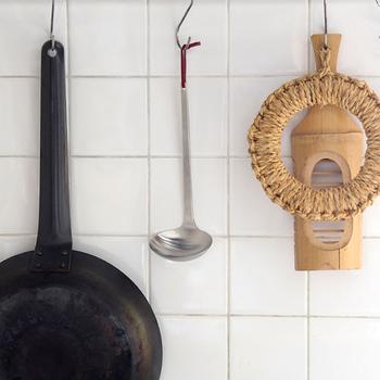 おしゃれなキッチンでよく見かける、この輪っか状のアイテムは、わら鍋敷き(またはワラ釜敷き)。ステンレスや鉄などの金属製が多くを占めるキッチンツールですが、天然素材のナチュラル感のある小物が加わることで、空間の雰囲気がやわらかくなります。  藁(わら)や、ザルなどの竹、ヘラやカッティングボードでお馴染みの木製アイテムを、一緒に飾ってみてはいかがでしょう。
