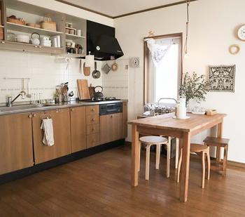 キッチンやダイニングの空間全体をナチュラルテイストに整えると、よりいっそう一体感が生まれますね。