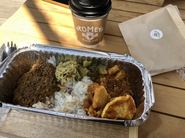 国内に11店舗あるアコメヤトウキョウで初となるカフェ業態「AKOMEYA(アコメヤ)茶屋」では、墨田区のスパイス料理店SPICE CAFE監修のカレーをテイクアウトでいただけます。おすすめは「2種盛り」。スパイシーなカレーには干し大根が添えられていて、個性的な味わいと食感を楽しめますよ。