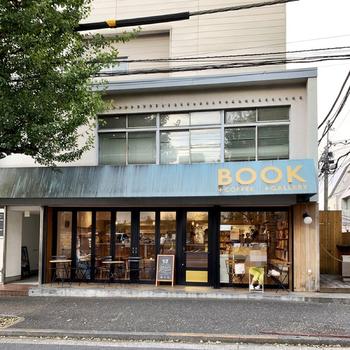"""「AKOMEYA TOKYO in la kagu」の斜め前にある「かもめブックス」もぜひ立ち寄りたいスポット。閉店してしまった町の本屋さんの魅力を伝えたいと、校正・校閲専門の会社が始めた""""本屋・カフェ・ギャラリー""""が一体となった新感覚のお店です。"""