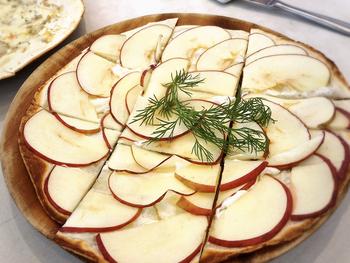 ピザに似た形のタルトフランベは、5種類の具材からセレクトできます。こちらは「リンゴと蜂蜜」で、サクサクした生地が特徴です。ピザとは違った食感がクセになりそう。