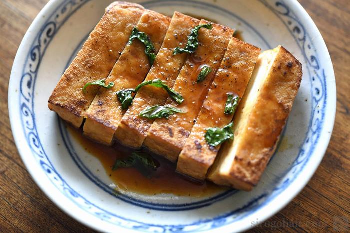 お豆腐の水分を絞って油できつね色にあげた厚揚げは、ヘルシーなのに食べ応え充分!厚揚げを作る工程の途中で水分を抜いていることから、お豆腐よりも糖質が低く、たんぱく質が豊富でダイエットにもおすすめです。 焼いた厚揚げのカリッとした食感と、大豆の風味が食欲をそそる一品です。副菜にはごぼうのサラダや切り干し大根など、食物繊維が豊富なメニューがおすすめです。