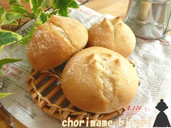 パンに菜種油を入れて作ると、生地をふわっとさせることができて時間が経っても硬くなりにくいです。はちみつやシナモンと合わせると、菜種油独特の香りと相性が良くて食べやすいくなります。