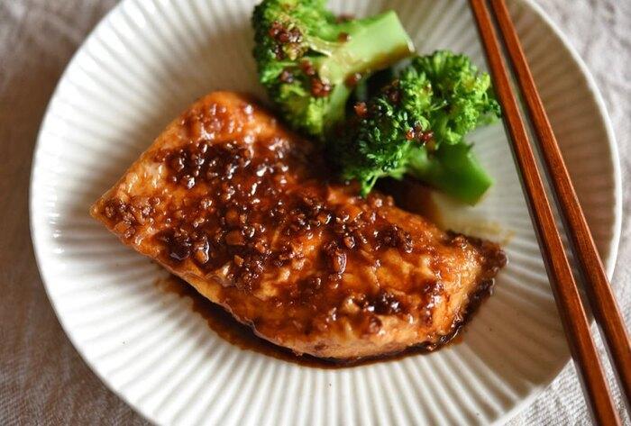 たんぱく質が豊富で脂質も少なく食べやすいめかじき。体の中の余分な水分を外に出してくれる「カリウム」も豊富に含まれています。体を温めてくれる生姜をきかせた醤油ベースのタレが、淡白なめかじきと相性バッチリ。副菜にはさっぱりとした春雨サラダや、茹でたブロッコリーやインゲンなどシンプルなものがマッチします。