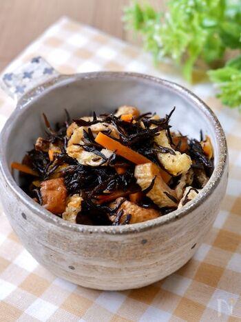 カルシウムや食物繊維など栄養が豊富なひじきは、副菜の代表ともいえる一品。こちらは水で戻したひじきに、他の材料と調味料を加えてレンジでチンするだけで、簡単にひじきの煮物が作れちゃいます。ひじきは鉄分も豊富なので、疲れや体のだるさが取れないなど、貧血症状のある方にもおすすめです。
