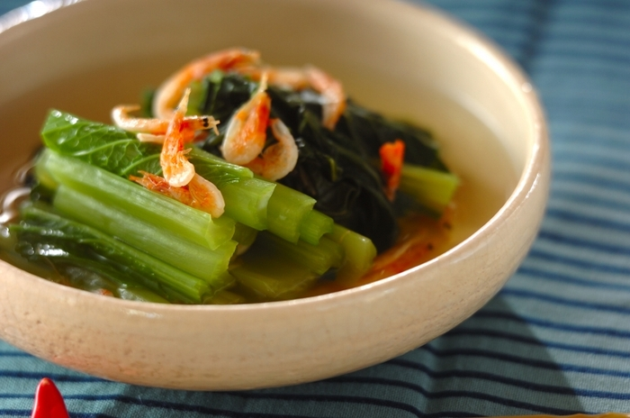 βカロテンやカリウムなどが多く、緑黄色野菜の中でも栄養価の高い小松菜。茹でるとせっかくのビタミンが失われてしまいますが、レンジなら栄養もそのまま!もう一品欲しいなという時に簡単に作れちゃいます。白だしでさっぱりと上品な仕上がりになりますよ♪