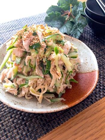 鶏肉のささみは柔らかくて低脂質なのでサラダで食べても美味しいですよね。切り干し大根、キュウリと合わせてサラダにすればパリパリ感がやみつきになること受け合い。 こちらのレシピは、キュウリと夏バテ防止にもぴったりな梅肉をプラスした一品。和風ドレッシングで暑い日にもさっぱり頂けそう。