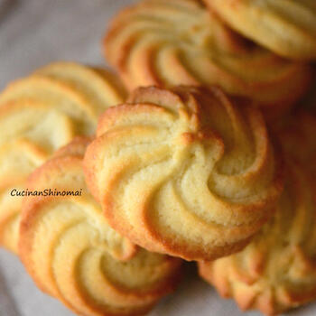 生地にはちみつを入れたレシピです。砂糖だけで作るより、やさしい甘さに仕上がります。また基本の作り方のサラダ油の代わりに、オリーブオイルを使用。絞りを使うので生地を余すことなく使いきれるのもうれしいレシピ。簡単なのにお店のクッキーのような出来栄えになるのでおすすめですよ。