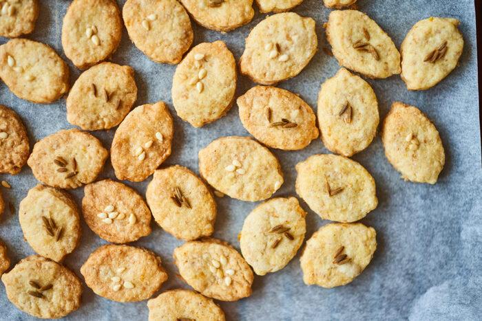 生地にココナッツオイルとクミンシードを使用したレシピ。クミンシードはカレーにも使われているスパイスで、香りがいいのが特徴です。レモン、ココナッツ、クミンシードの風味がしっかりと感じられる大人味のクッキーです。