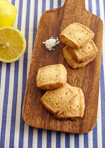 塩の効果で、甘酸っぱさが引き立つクッキーのレシピ。型は生地の形を整えて冷蔵庫で冷やしたら、あとは大きさをそろえて四角に切るだけ。形を作るのもとっても簡単です。レモンは使う前に塩で洗うと表面についた汚れがよく落ちるので、皮ごと使うレシピにもおすすめですよ。