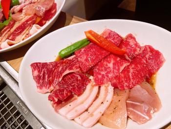 """""""カジュアル ・ リッチな焼肉レストラン""""がコンセプトで、ランチでは黒毛和牛カルビやプラチナポーク、牛タンなどいろいろな部位のお肉が楽しめます。メニューのラインナップが豊富で、おなかの空き具合や好みでセレクトできます。ごはん、スープ、サラダはお替り自由で、お野菜もたっぷり食べられるのがうれしいですね。"""