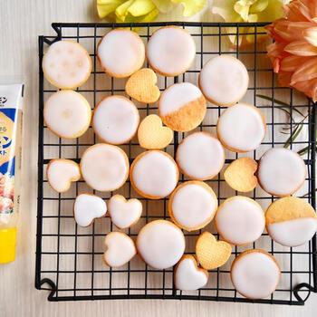 市販のチューブのレモンを使用したお手軽レシピ。少量作りたいときや、新鮮なレモンが手に入らないときに覚えておくと便利です。型を抜く前の生地を伸ばして、冷凍庫で休ませることで型抜きがしやすくなるポイント。クッキーの焼き目にアイシングの白が映えますよ。
