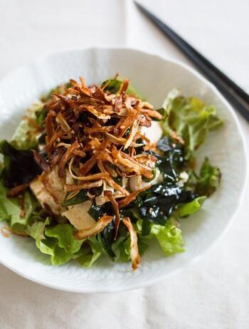 定番の豆腐とわかめのサラダにカリカリに炒めたゴボウをトッピング。ごま油が効いたドレッシングで食欲もそそります。 いつものサラダに飽きたら、トッピングをのせるだけでも味や食感が変わるので試してみて。