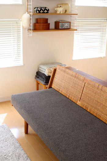 背もたれの張地にラタン材を使用したデザインのものも。涼やかでカジュアルな雰囲気が生まれ、アジアンテイストのお部屋にも似合います。