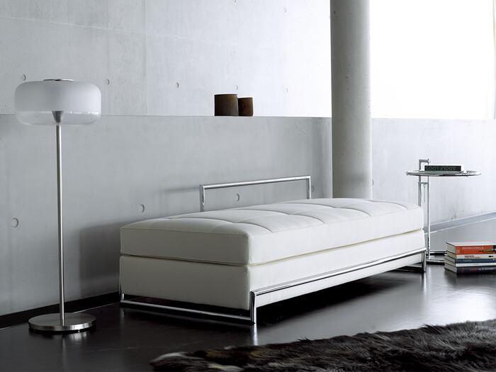 「ClassiCon」は1990年、ドイツ・ミュンヘンで生まれたインテリアブランド。アイルランド出身の建築家、アイリーン・グレイがデザインしたデイベッドは、どの側面からでも座ることができるデザインなので、お部屋のどんな場所にも置くことができるという工夫が。