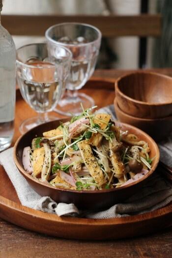油揚げやきのこ、ハムが入ったサラダに、白だしで作ったチョレギ風ドレッシングをかけたボリューム満点の一皿。ミョウガやかいわれ大根が味のアクセントになっています。 時間がない日は、ご飯が進みそうなおかずサラダで簡単に済ませるのもありですね。