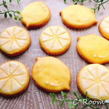 まるでレモンなアイシングのデコレーションがかわいいレシピです。レモンの型がないときは、牛乳パックやペットボトルで代用することができます。アイシングを黄色の食紅で色付けすることで、よりレモンらしくかわいい仕上がりに。