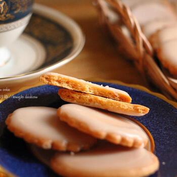 口に入れるとざくっホロっと食感が楽しいクッキーです。食感の秘密はクッキーの薄さ。2㎜まで薄くすることでいつもより軽い食感になります。材料を混ぜ合わせる作業は、フードプロセッサーを使うとあっという間です。生地にレモンを入れず、アイシングにだけ入れることで、プレーン味とレモン味の2種類のおいしさを味わえますよ。