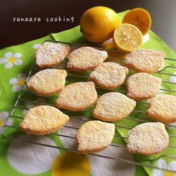 レモンの形と粉糖がかわいいクッキーのレシピです。最後に振りかけた甘い粉糖のおかげで、酸味が苦手な子どもでもおいしく食べられます。粉糖は振りかけるだけなので、プレーンと粉糖の2種類作りたいときも簡単です。