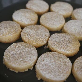 ホロホロとほどけるような食感が楽しいポルボロンのレシピ。オーブンで焼き上げるときの余熱は130度と他のレシピよりも低めです。低い温度で25分~30分焼くことが、ほろほろとした食感のポイントです。