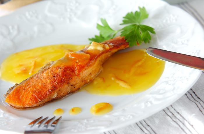 魚料理が苦手な人でも、ムニエルならフライパンでできるので、作りやすいですよ。おすすめは鮭やタラ、スズキなどです。 鮭の切り身に塩胡椒とともに、小麦粉をふりかけ、バターとオリーブオイルで焼き上げます。仕上げにソースをかけると、味わいも深まり、見栄えも美しくなりますよ。 ママレードを使ったオレンジソースで一気にレストランのように。手間がかかりそうですが、オレンジ果汁やレモン汁など、煮詰めるだけなので簡単です。