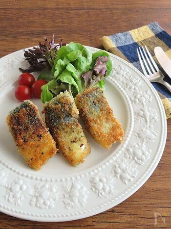 青魚が苦手な人でも、フライにすれば香ばしくて、パクパクと食べやすくなります。サバは切り身を買えば調理が楽です。パン粉にハーブソルトを混ぜておくのがポイント。オリーブオイルを使い、フライパンで揚げ焼きすると、ヘルシーな仕上がりです。