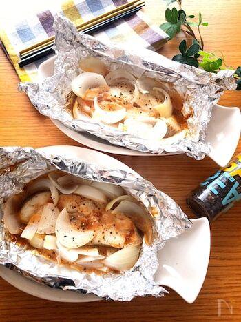 あっさりとした白身魚は、ホイル焼きにぴったりです。アルミホイルに玉ねぎと白身魚をのせて、オイスターソースを混ぜたマヨネーズを入れ、オーブントースターで焼くだけ◎仕上げにブラックペッパーをかけて、風味を加えても。