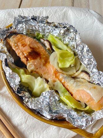 北海道名物のちゃんちゃん焼きも、ホイル焼きなら簡単に再現できます。鮭の切り身に、キャベツや玉ねぎ、しいたけを入れ、味噌を混ぜたタレを加えて焼くだけ!コクがあり、とても美味しくいただけます。野菜もたっぷり入っているので、タンパク質もビタミンも繊維質も取れる、優秀な一品です。