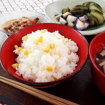 白と黄色の取り合わせが美しい料理です。ごはんの中にプチッとしたとうもろこしが楽しくて食が進みます。