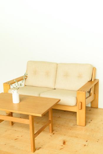 こちらは、ASKO(アスコ)社製の1960年代のヴィンテージソファーです。クッションは新品のファブリックに張替えられています。ウッド調のテーブルと合わせると、まるでデンマークのお宅のリビングのようです♪