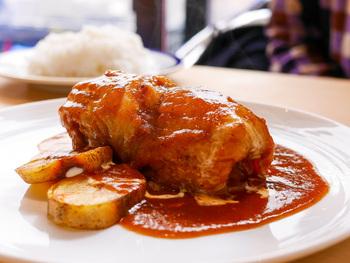 ロールキャベツの肉だねは、ひき肉とブロック肉を合わせているため、お肉の旨みや食感が存分に味わえます。ソースはデミグラスソース・トマトソースとモッツァレラ・カレークリームソースからセレクト可能。  ほかにもポークステーキやフレンチトーストもランチでいただけるので、何度も訪れたくなりますね。