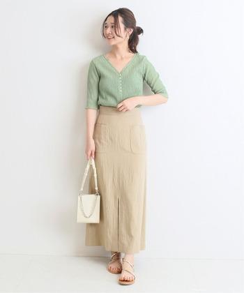 センタースリット入りのロングスカートは、足さばきがよく、歩くときに少しだけ脚が覗くので女性らしい印象を与えます。細身のストラップサンダルが華奢に見せ、肌馴染みのよい色を選ぶことですらっと美しく。