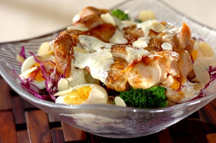 シーザーサラダはベーコンというイメージが強いですが、実はチキンとの相性も抜群! 皮目をパリッパリに焼いた鶏もも肉を豪快にのせたサラダは、メインディッシュとしても十分なボリューム。 シーザードレッシングはマヨネーズとヨーグルトがあれば簡単に手作りできるので、手作りに挑戦してみては?