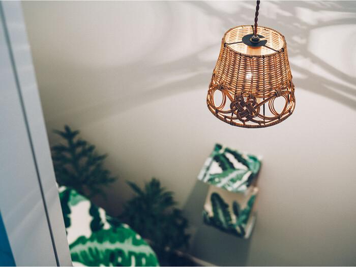 照明にもこだわることで、よりリラックスできる幻想的な空間を演出することができます。温かみのある自然素材で作られているものや、青白い蛍光灯のような光ではない暖色系の光の照明アイテムを選びましょう。心地良い癒しの空間が広がります。