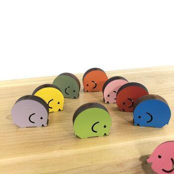 カラフルな丸みを帯びたぞうさんを積んで遊ぶ「つむつむどうぶつのぞうさん」。ちょっぴり難易度の高いおもちゃとなっていますが、子どもの発育を助けるおもちゃで、minne内でも非常に人気の高いおもちゃです♪