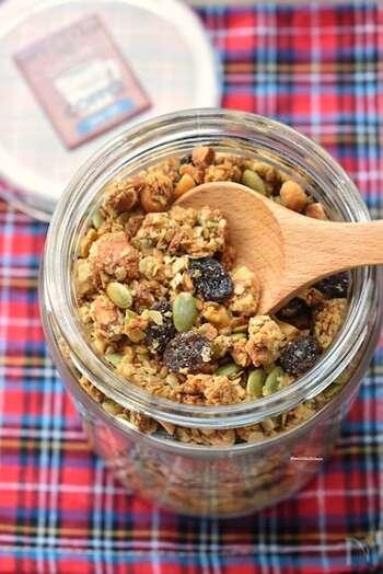 市販のグラノーラなどはビタミンBを強化した物が多く、グラノーラ自体がオーツ麦などの穀類の胚芽由来のビタミンB1が含まれています。お好みのドライフルーツやナッツを加えて手作りするのもおすすめですよ。
