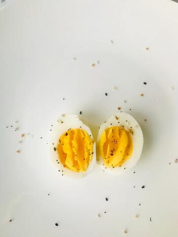 朝食の定番である生卵は、ついつい子どもにも食べさせたくなりますが、3歳を過ぎないと体の免疫力や消化機能が未熟なため避けてください。また、ちくわやウィンナーなどの加工食品は塩分も多いので、使用の際は茹でてから使うなど配慮が必要です。