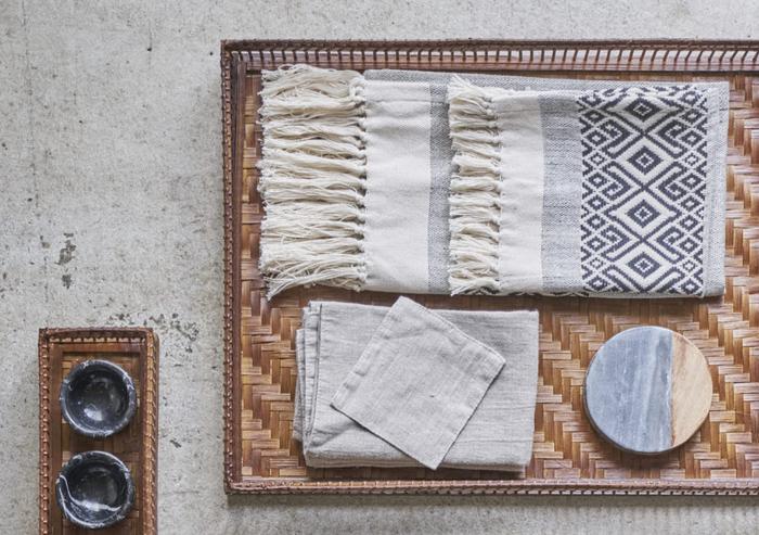 バンブーが丁寧に編み込まれて作られたトレーです。こういった小物を日常生活に取り入れるのも、アジアンな雰囲気を感じることができて楽しいですよね。見た目も涼し気で夏にぴったりです。
