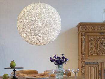 開放的でリラックスできるアジアンテイストの部屋作りに欠かせないのが照明アイテム。こちらはアジアンなお部屋ともマッチするデザインで、点灯させることで幻想的な空間が広がります。存在感のあるアイテムで、インテリアの主役にもなりそうですね。