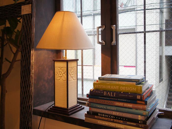 洗練されたアジアンデザインのテーブルランプ。高級感のあるランプはベッドサイドやソファのそばに置くことで、家に居ながらまるでリゾートホテルにいる時のような空間が作れます。ゆったりと優雅にくつろぐことができそうですね。