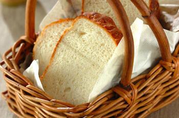 こちらは、簡単にもちもちおいしいパンが焼ける湯種製法による食パンレシピ。「湯種」という、強力粉の一部と熱湯を加えてこね、一時間以上寝かせてお餅のようにした生地を混ぜて作るだけで、甘みや旨みが増して時間が経ってもしっとりが続くパンが作れます。