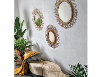 アジアンデザインの雑貨をプラスすることで、さらにオリエンタルな雰囲気を出すことができます。こちらは素材がラタンで作られているミラー。ナチュラルで素朴なデザインで、ゆったりとリラックスした雰囲気のアジアンインテリアとも相性抜群です。壁に飾ることでお部屋の良いポイントになり、おしゃれさが倍増します。
