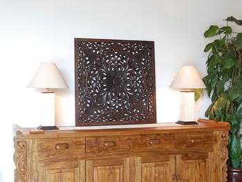 アジアンテイストなデザインのウッドレリーフを飾ることも、壁面にアクセントを出すことができておすすめです。こちらは職人さんが1つずつ丁寧に手作業して作っているウッドレリーフ。美しく繊細なデザインが魅力的です。