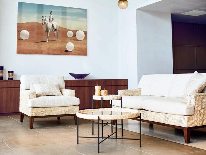 ウォーターヒヤシンスを編み込んで作られたソファがリゾート感を演出しています。このように全体的にホワイトの色味の家具を置くことで、清潔感のある上品なアジアンインテリアが完成します。照明や壁面のアート、置かれている小物はどれもセンスが良く、選び方をマネしたいコーディネートです。