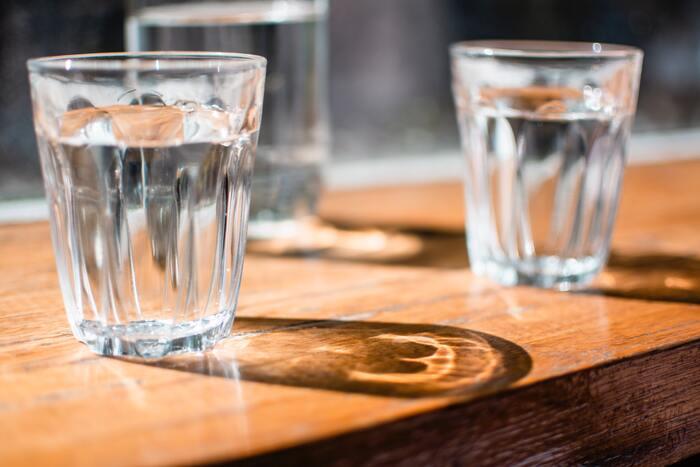 食べ過ぎた後は塩分を摂り過ぎていることが多いので、顔はもちろん体全体がむくみやすくなっている可能性が考えられます。食事と一緒にアルコールを飲んでいると、むくみだけでなく脱水状態になることもあると言われていますので、水分を意識的に摂るよう心がけましょう。