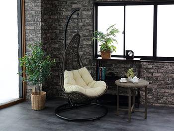 ハンギングチェアを取り入れることで、非日常でエキゾチックな空間が広がります。ゆらゆらと揺れるシートで、自分だけの優雅なリラックスタイムを満喫できそうですね。植物のグリーンもお部屋に癒しを与えてくれます。