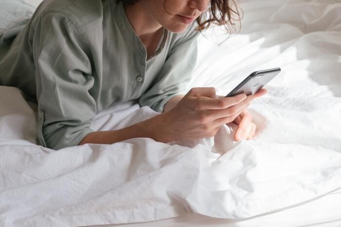 寝る直前までスマホを見ていたり激しい運動をしていたりすると、睡眠の妨げになることがあるので要注意です。香りでリラックスしたり、負担のない軽いストレッチをしたり、睡眠環境を整えることが睡眠の質向上にもつながります。最近よく眠れいていないな、という方は寝る前のルーティンを思い出してみましょう。体に負担をかけていることはありませんか?