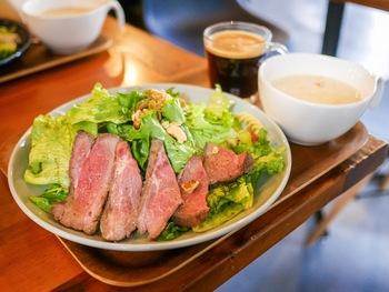 """サラダを主食にする「パワーサラダ」の専門店が、牛込神楽坂駅から5分ほど歩いたところにあります。「HIGH FIVE SALAD(ハイファイブサラダ)」は、""""ヤサイが必要なすべての人たちに美味しいサラダを毎日届ける"""" がコンセプトにした日本初のパワーサラダ専門店で、健康意識の高い方を中心に人気を集めています。"""