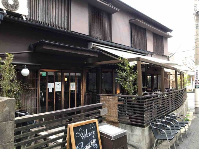 神楽坂通りを神楽坂坂上方面に歩いて5分ほどの路地にある「神楽坂茶寮」は、趣きのある一軒家カフェ。古き良き日本の雰囲気の中で、ゆっくりお茶を楽しみましょう。